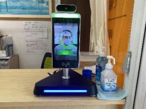 受付にある自動検温器