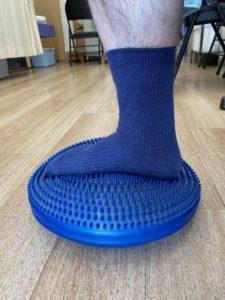 バランスディスクによる右足関節の可動域訓練